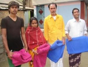 হরিজন পল্লীর বাসিন্দাদের মধ্য কম্বল বিলি করেন জেলা প্রশাসক। ছবি: হাকিম বাবুল